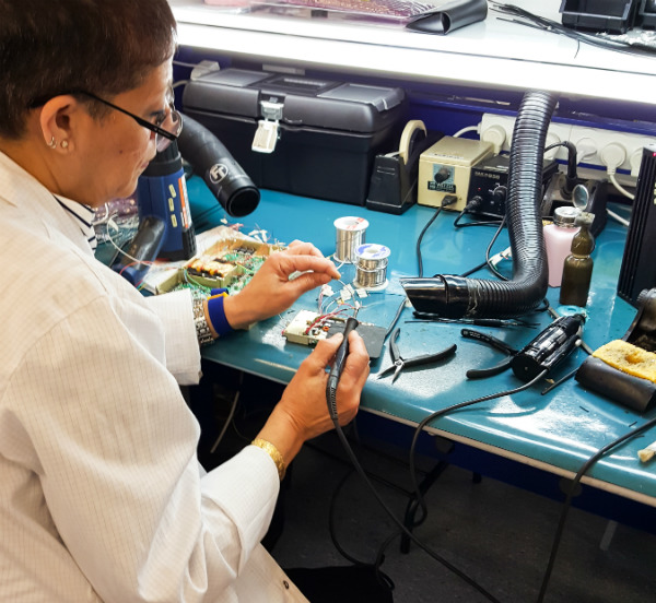 Suction arms for soldering positions